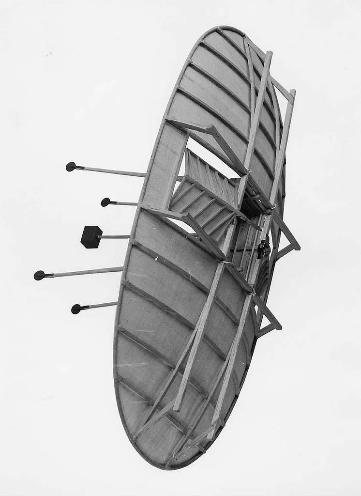 """Skalmodell av Emanuel Swedenborgs flygapparat """"machine att flyga i wädret"""" från år 1716. För första gången antydes här de viktigaste principerna för flygmaskinen med fast, bärande vingar."""