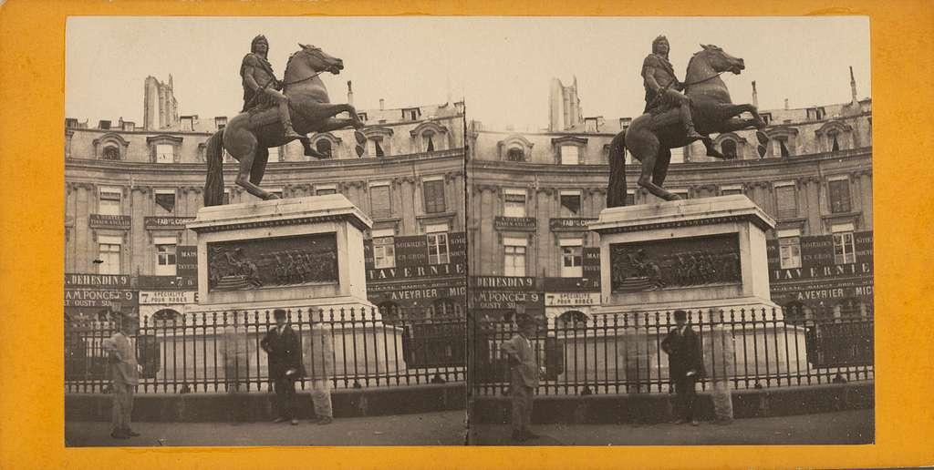 Stereobild med motiv av ryttarstatyn vid Place des Victoires i Paris. Statyn föreställer Ludvig XIV, klädd som en romersk kejsare, sittande på sin häst. Ett järnstaket omsluter den tolv meter höga statyn. Statyn är utförd av skulptören François Joseph Bosio 1828.