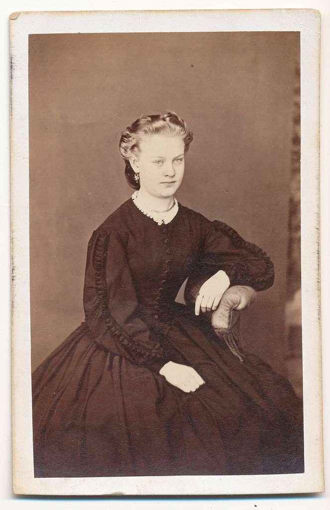 Elise Bolling, gift Johansson, dotter till handlaren Bolling (V S Johanssons), och mor till byggmästare Jean Johansson.