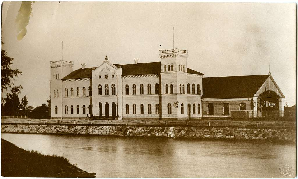 Första stationshuset efter ombyggnationen av mittpartiet.