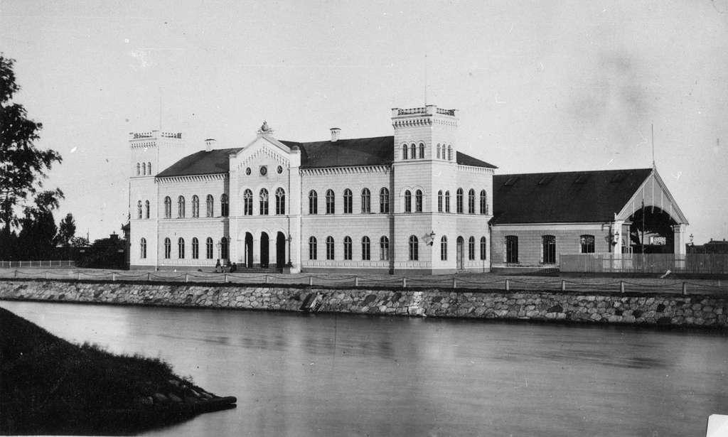 Malmö Central invigdes1856.Stationen låg då i stadens utkant nära färjorna till Köpenhamn som gick från Inre hamnen alldeles framför stationsbyggnaden.