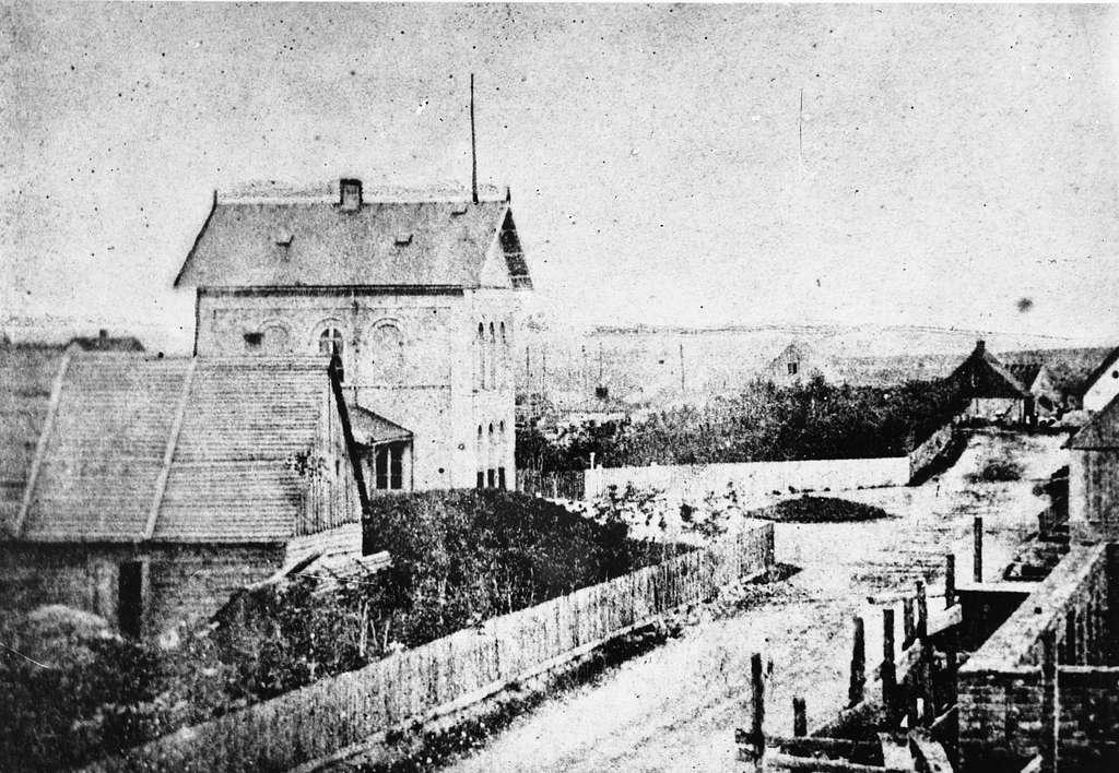 Eslövs äldsta järnvägsstation 1858, sedd från gatusidan.