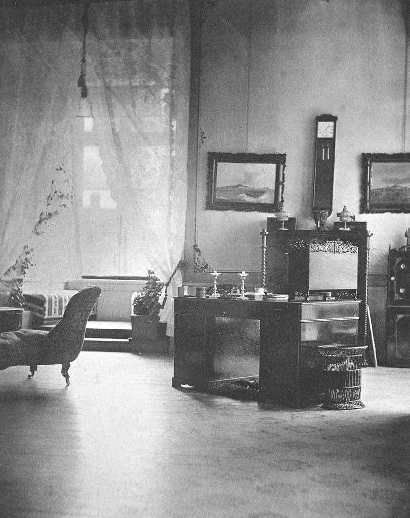 Interiör från landshövding Gustaf af Ugglas personliga rum i Linköpings slott. Enligt påskrift från perioden 1859-1867, vilket korresponderar med landshövdings tid i slottet tillika länsresidens sedan 1796.