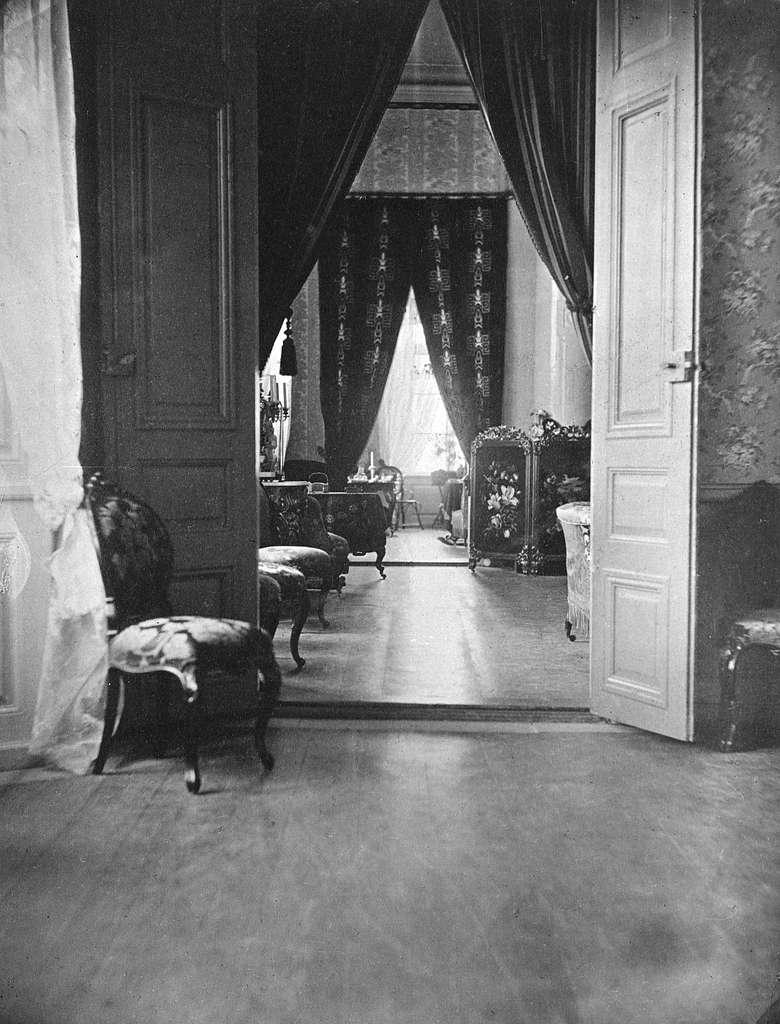 Interiör från Linköpings slott. Enligt påskrift från perioden 1859-1867, vilket korresponderar med landshövding Gustaf af Ugglas tid i slottet tillika länsresidens sedan 1796.