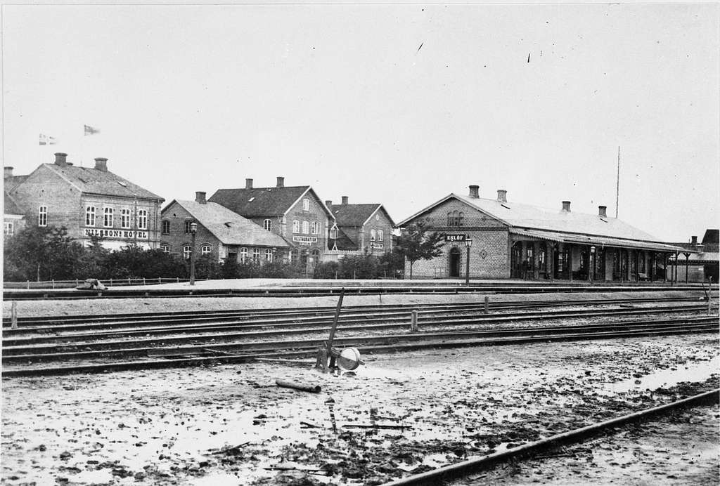 Eslöv gamla järnvägsstation, ersatte 1866 den ursprungliga stationen från 1858. Revs 1914 i samband med byggnationen av en nytt stationshus. Här sedd från bangården.I Bakgrunden syns Nilssons Hotell och Jernvägshotel.