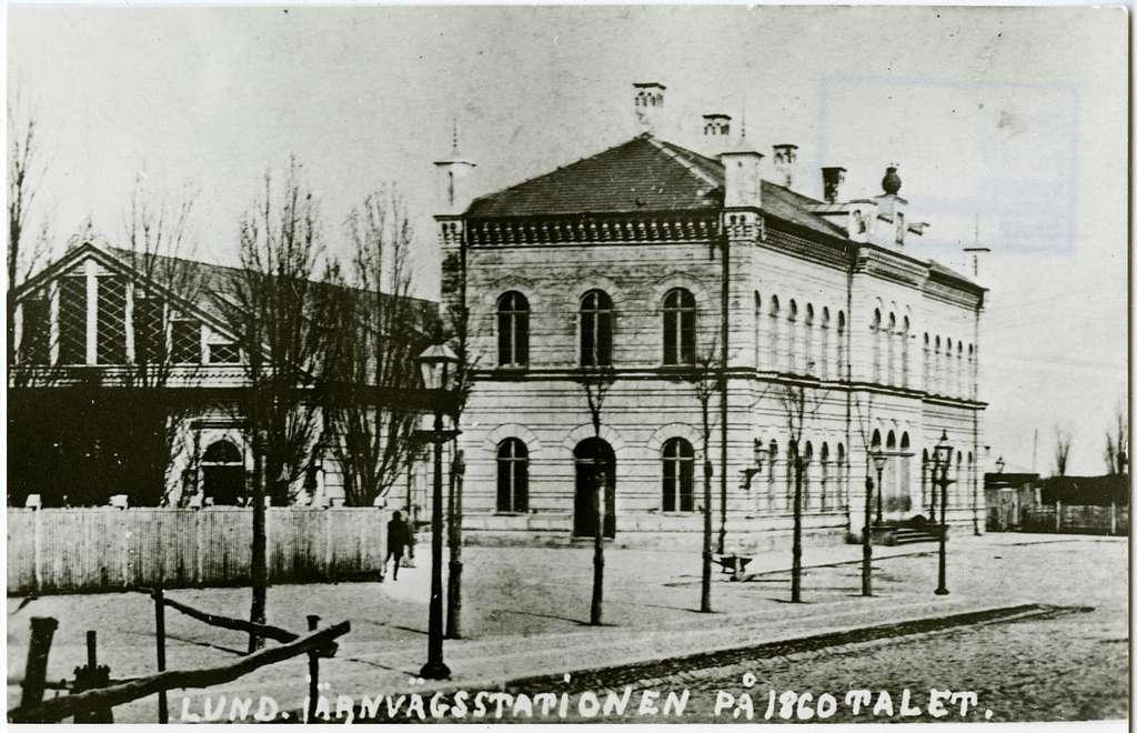 Två små envåningsflyglar tillbyggda 1872