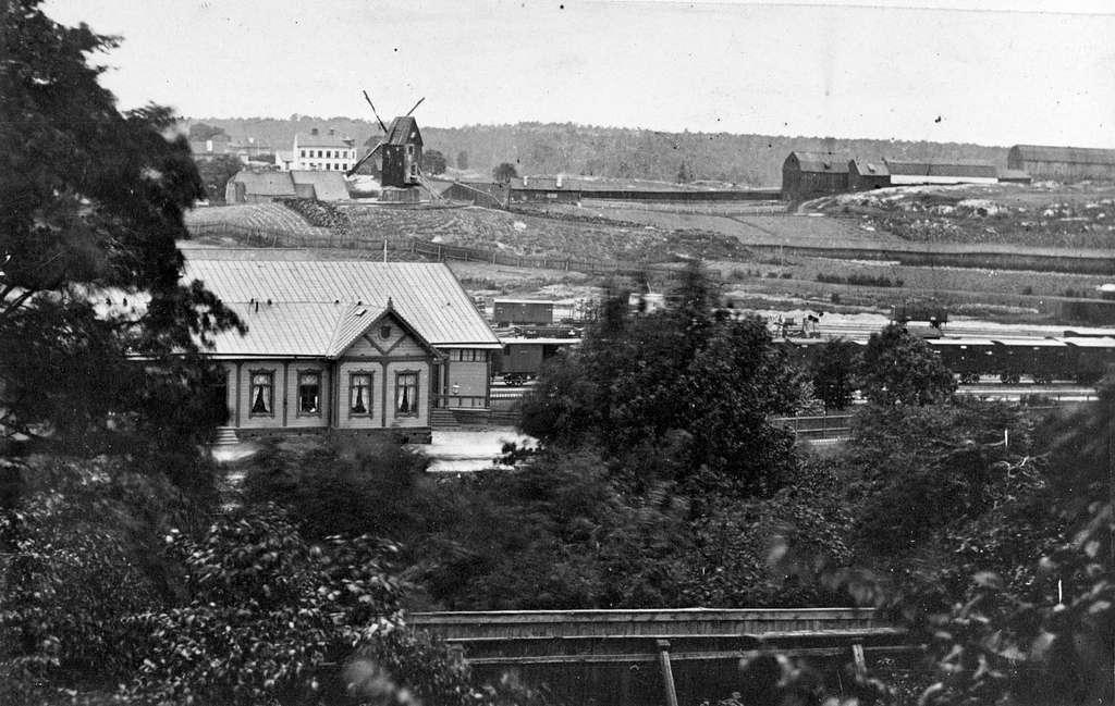 Utsikt över stationen. Kvarnen Fatburan i bakgrunden.