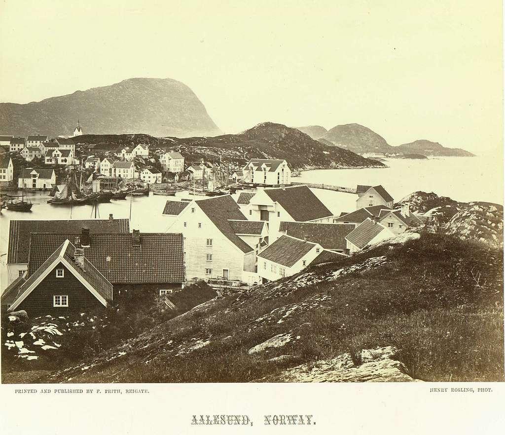 Ålesund, Møre og Romsdal, 1864. Havneparti med trebebyggelse - boliger og sjøboder.Fra serie norske landskapsfotografier tatt av den engelske fotografen Henry Rosling (1828-1911).