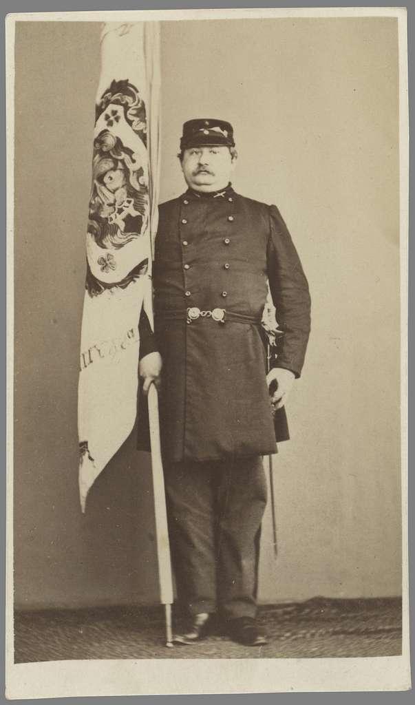 Porträtt av hypotekskamrer Wilhelm Goës. Här iförd Linköpings frivilliga skarpskytteförenings uniform. Född i Rök kom han till Linköping 1852 för anställning vid Östgöta hypoteksförening. Han avled ogift 1882.