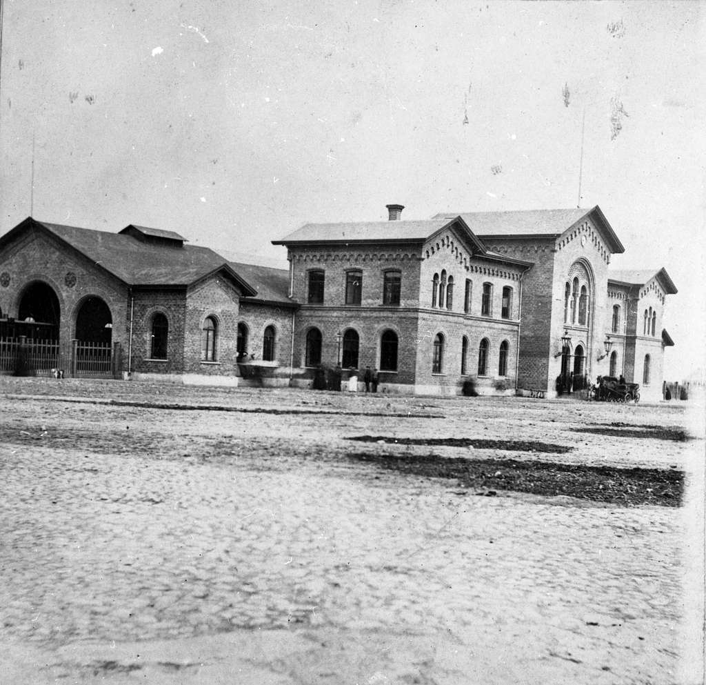 Stationen öppnad 1865. Stationshuset byggt av YEJ. Arkitekt: C Adelsköld. Tvåvånings stationshus i tegel. Mekanisk växelförregling. K-märkt 1986. Stationen hade banhall 1865 - 1930.