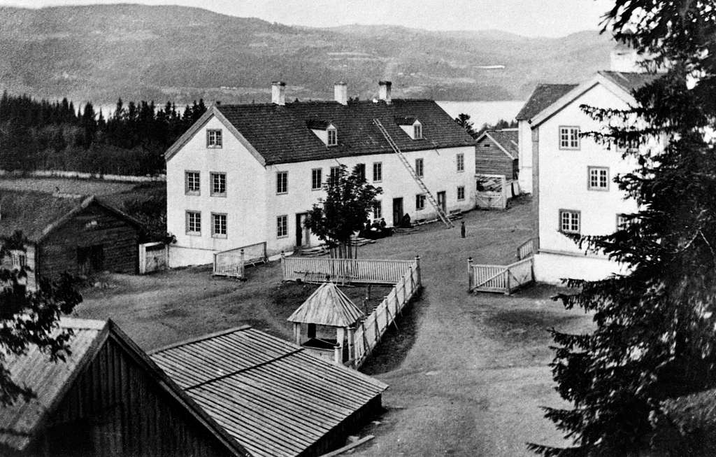 Eksteriør, gardsbruk, Stein gård, Ringsaker, før brannen, gardstun, gjerder.