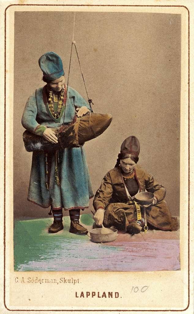 Dräktdockor skulpterade av C A Söderman. Två kvinnor i samiska dräkter. Handkolorerad.