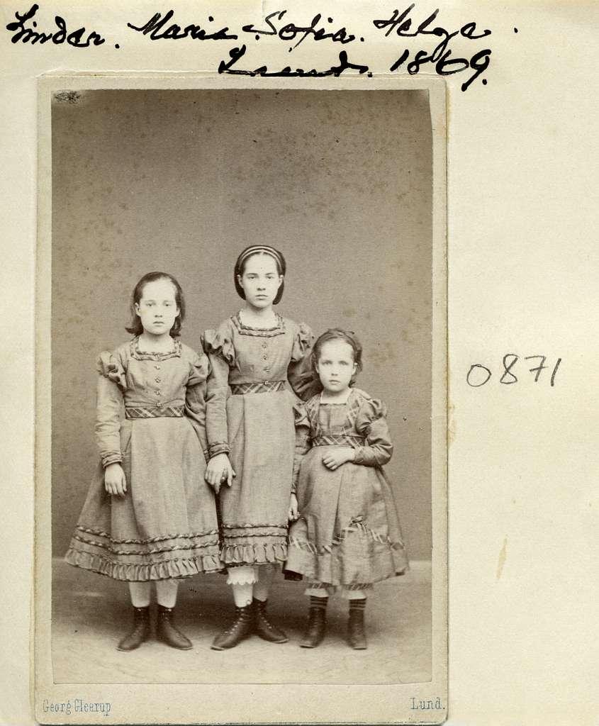 Systrarna Maria, Sofia och Helga står uppsträckta inför Georg Gleerups kamera. Flickorna är döttrar till professor Carl Vilhelm Linder och makan Ulrika Wallenberg. Fadern kom vidare att bli domprost i Linköping.