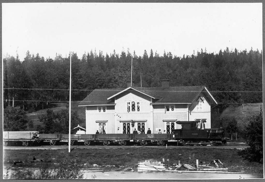 """Hudikvalls Järnväg, HJ lok 3 """"Forssa"""" på Forsa station."""