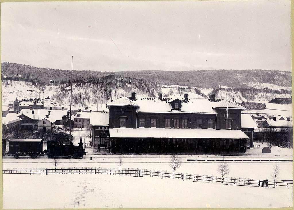 """Sollefteå station. Statens Järnvägar, SJ. SJ Qr 281  """"Mars"""". Loket tillverkades 1872 och såldes 1905. Vagn SJ 4940.Hsd - S= Ingång 18. Hsd - SJärnväg 1893 och S Landsväg - Sollefteå 1886. Banan elektrifierades 1939."""