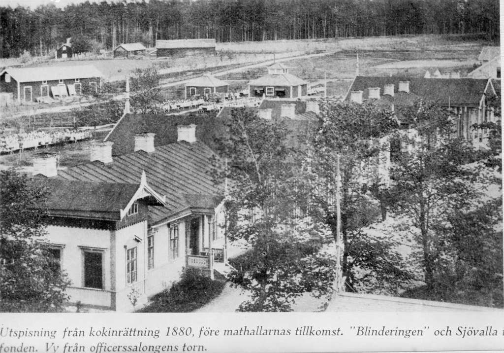 Byggnader vid livgrenadjärregementet på Malmen. I bakgrunden syns kokinrättning för utspisning av manskap. Avfotografering av bild ur tryck.