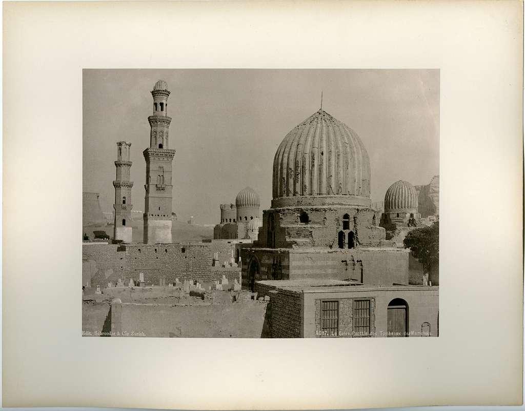 Vy över bebyggelse med kupoler och torn, möjligen bebyggelse från medeltiden, möjligen ett tempel eller en grav för mamluker.