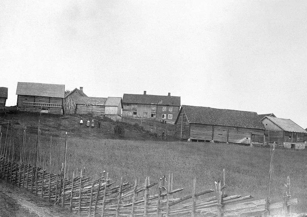 Eksteriør av Helseth, Stavsjø, Hedmark.Med de gamle gardsbygninger.