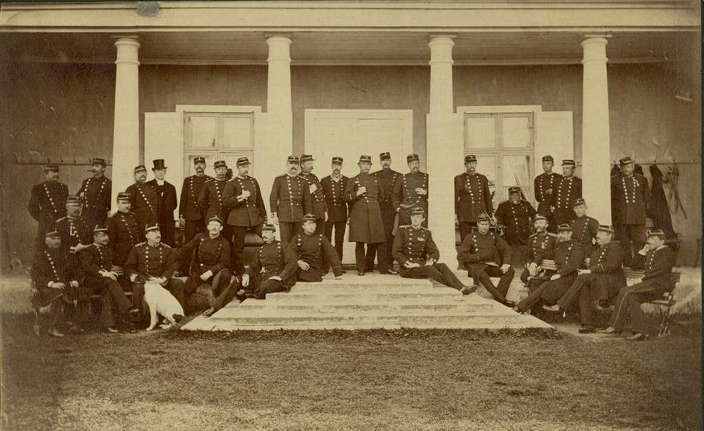 Grupporträtt av officerare och soldater vid Västgöta regemente I 6, 1884.