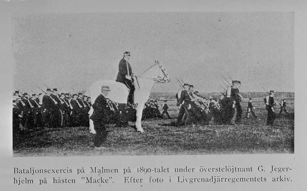 Bataljonsexercis på Malmen ca 1890-tal, från publicerat foto. Avfotografering av bild ur tryck.