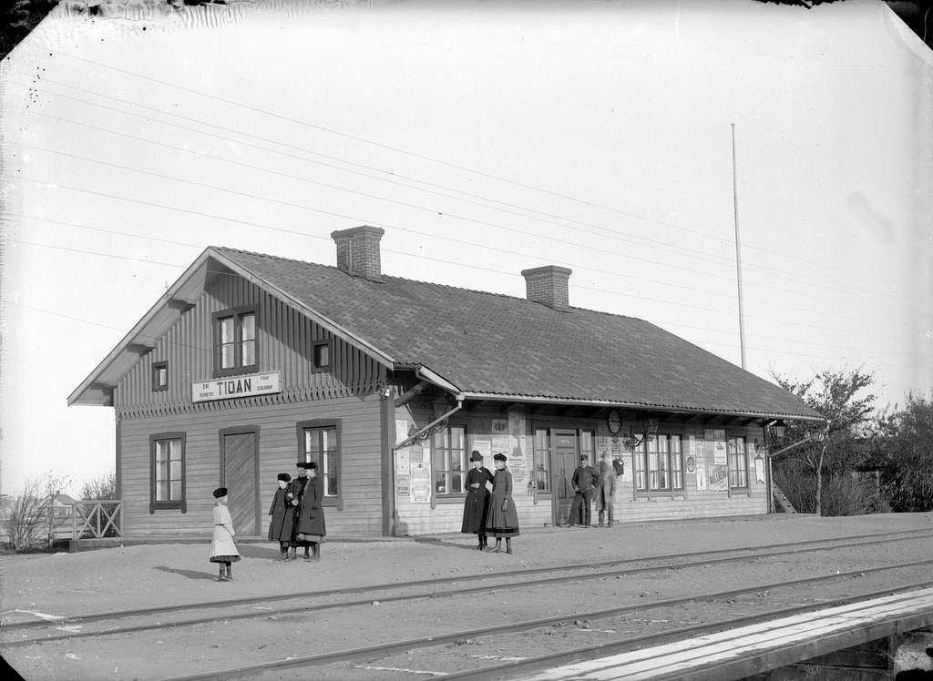 Blev station 1874. Stationshuset är ett enkelt, mindre trähus, modellhus för Grimstorp. Stationen öppnad 4.10.1875