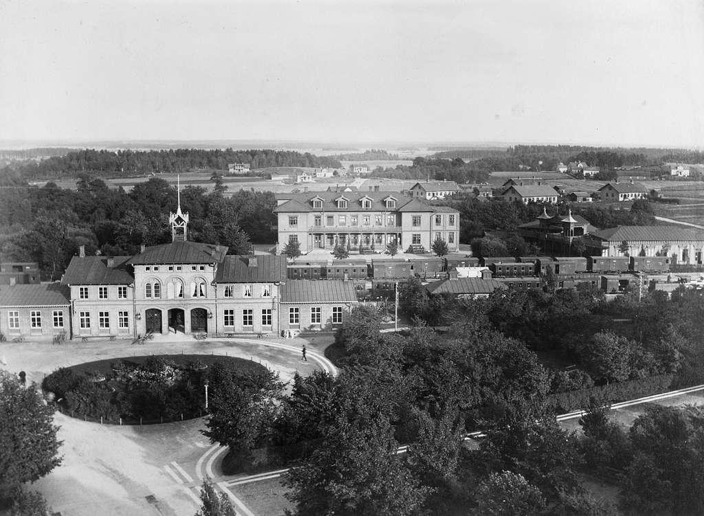 """Enligt anteckningar på negativ """"5099. Från Hotell Billingens tak, 1890. Vattenkuranstalten och Ekedal (Östermalm)."""" Skövde station"""