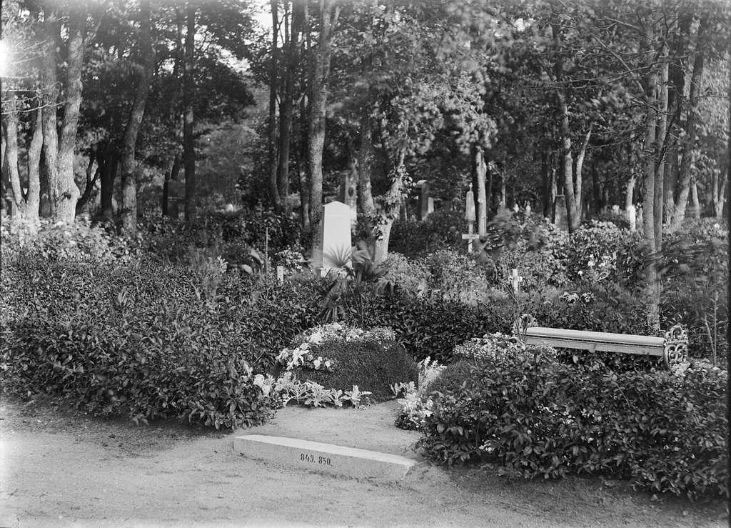 Häradshövding Thunmans grav på Uppsala gamla kyrkogård, Uppsala 1890