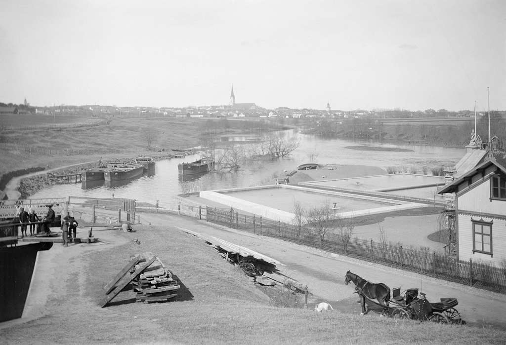 Vy mot Linköping från Tannefors sluss. Närmast till höger ses stadens vattenverk. Bilden har daterats till 1890-tal.