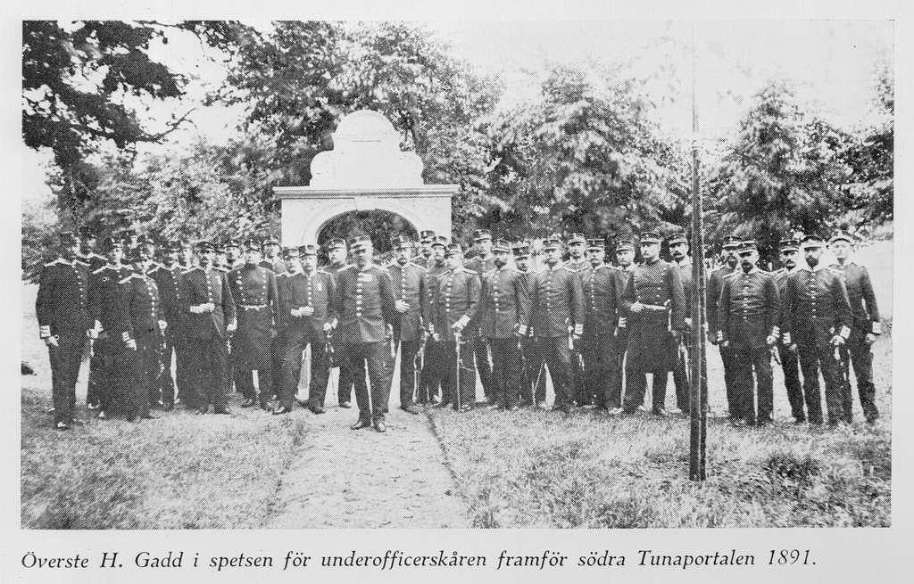 Underofficerskåren på Malmen framför södra Tunaportalen ca 1891. Avfotografering av bild ur tryck.