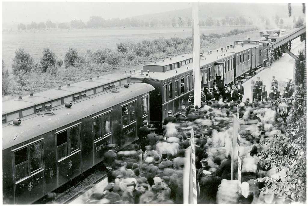 Edsvalla den 18/9-1895 var kungligt extra tåg anordnat för Oscar 2 med uppvaktning på linjen Kil-MellerudMed tåget åkte BJ styrelse och cheferTd Simonsson åkte i konugensvagn uppehåll i Edsvalla 4 m Stationen vackert dekorerad med blommor och grönt samt konungens namn.Station anlagd 1879-80. En- och enhalvvånings stationshus i tegel.BJ , Bergslagernas Järnväg