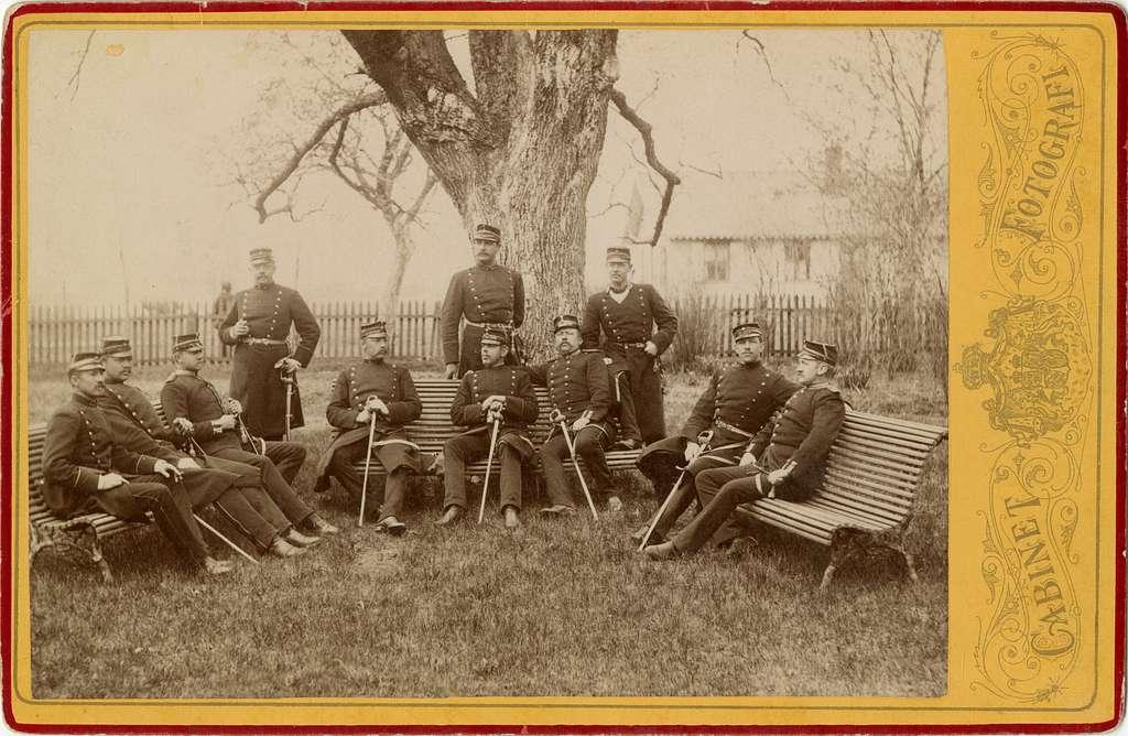Grupporträtt av officerare vid Skaraborgs regemente I 9 i parken vid officersmässen på Axvall cirka 1895.För namn, se bild nr. 2.