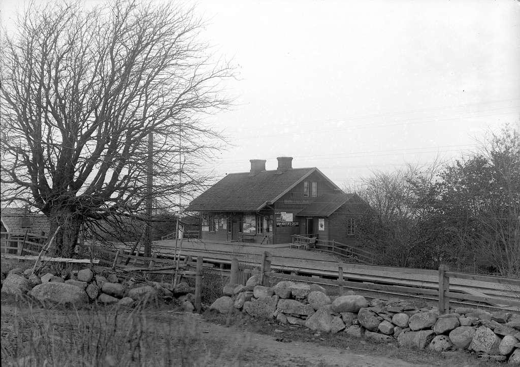 Blev station 1876. Stationshuset ett mindre trähus, som utgör modellhus för Högsjö och Baggetorp.