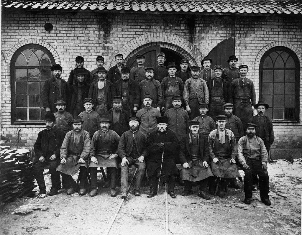 Tobo Masugn. Huttarbetarekåren 1905. I mitten bruksförvaltare Hugo Björkman.