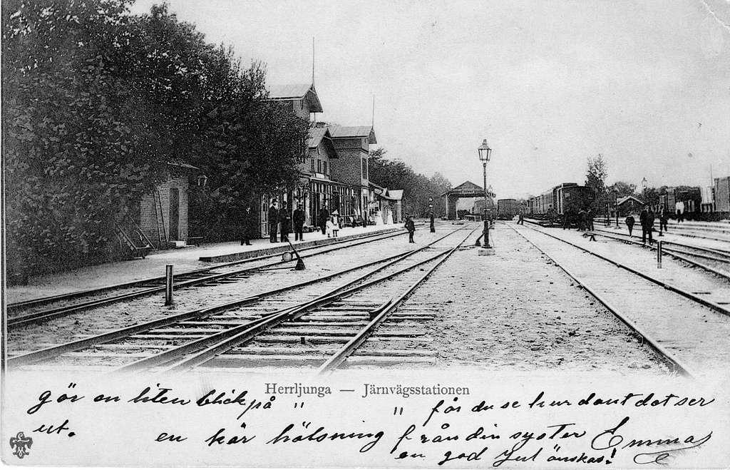Järnvägsstationen i Herrljunga. Vid järnvägsspåret mellan Herrljunga ochLerum. Stationshuset blev ombyggd 1863. Bilden bör vara kring sekelskiftet1899-1900.