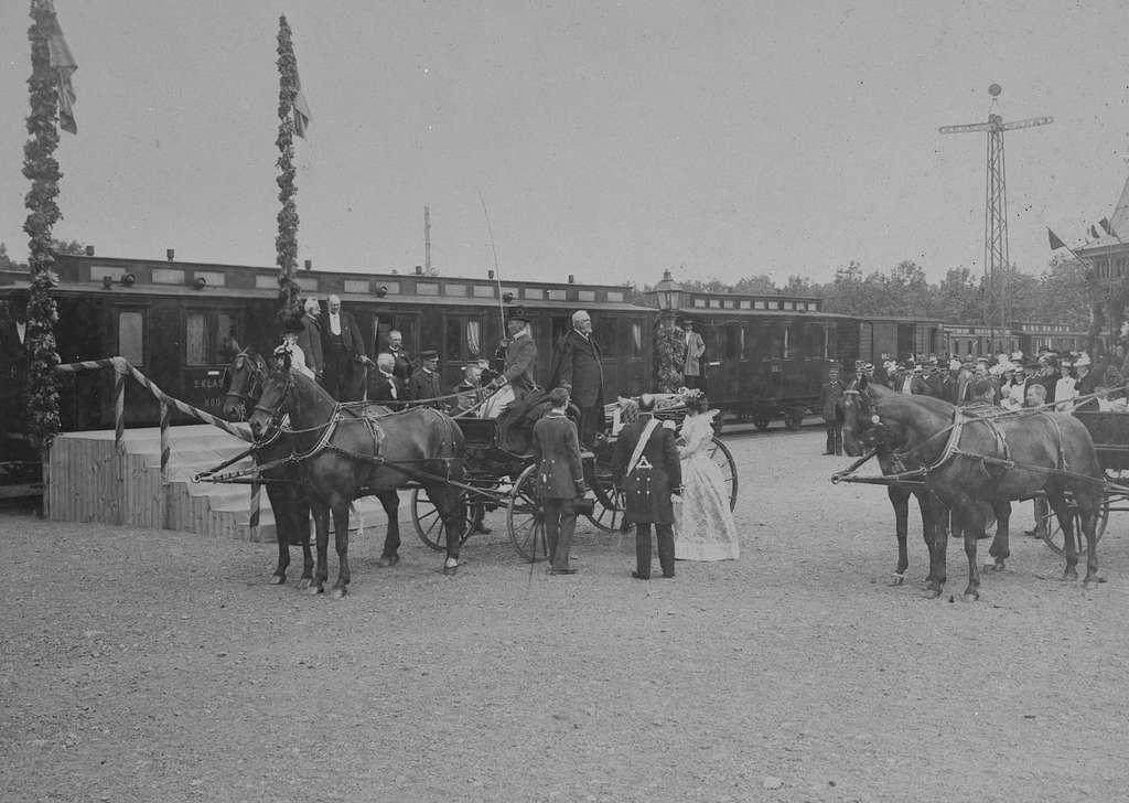 Kung Oscar II och drottning Sofia med följe besöker Råbäcks station.