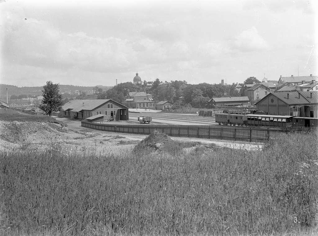 Stationshus, godsmagasin  WBJ-Varberg-Borås Järnväg lokstall BHJ-Borås-Herrljung Järnväg  vagn 19, 82. GBJ-Göteborg-Borås Järnväg sommarvagn 790 el 796