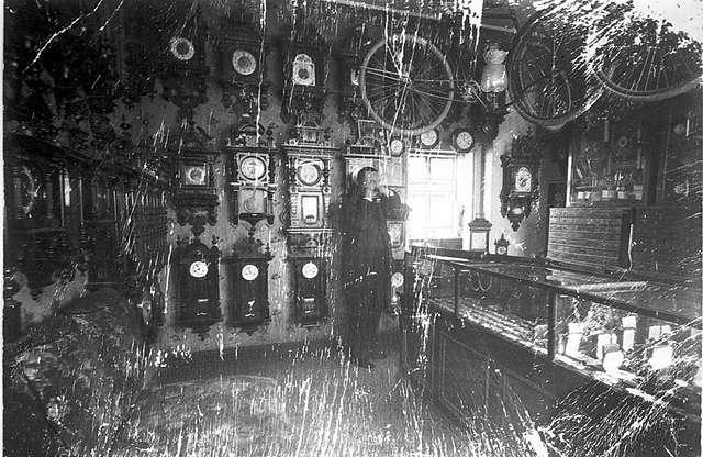 "Urmakare A. Larssons butikslokal omkring 1900. Hade senare lokal i Storgatan 5 B. Larssons urmakeri, Storgatan 20 var senare barberare Kappers ""rakstuga""."