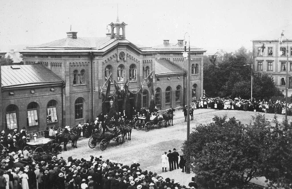 Centralstationen från gatusidan. Örebro station öppnades för allmän trafik 1862. Stationshuset ritades av Adolf Edelsvärd. Det byggdes av sten och täcktes  med plåttak. Både stationshuset och bangården har ombyggts flera gånger under tiden.