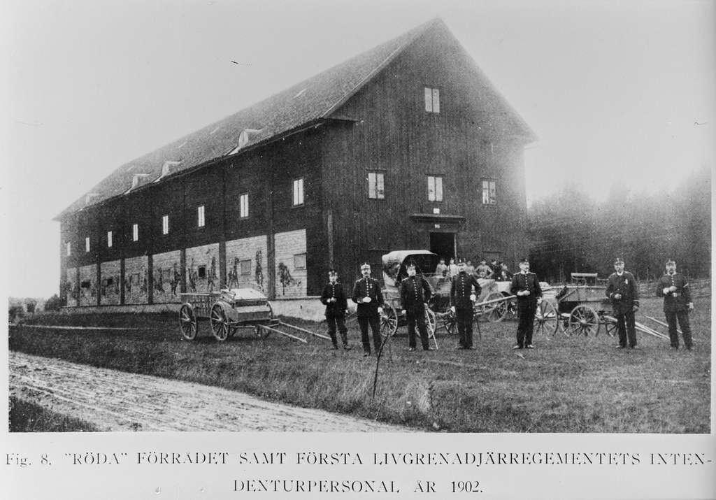 """""""Röda förrådet"""" på Malmen ca 1902 med första livgrenadjärregementets intendenturpersonal uppställd framför.Avfotografering av tryckt skrift."""