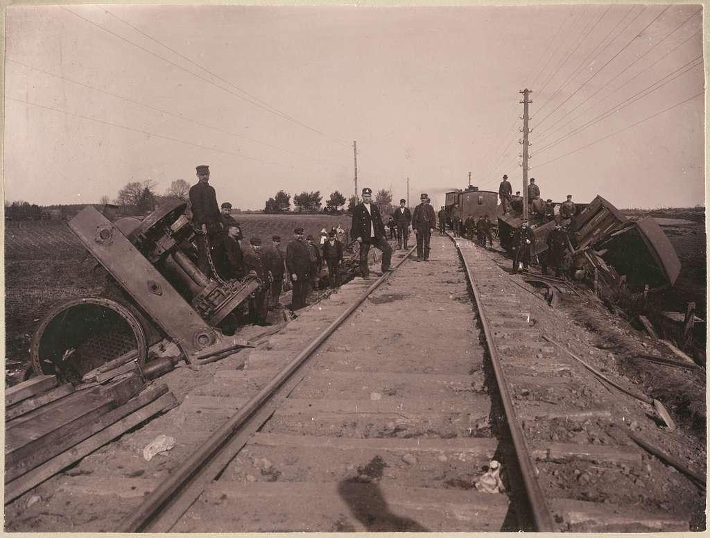 Gruppfoto av personal vid olycksplats efter urspårning på linjen mellan Älmhult och Killeberg.