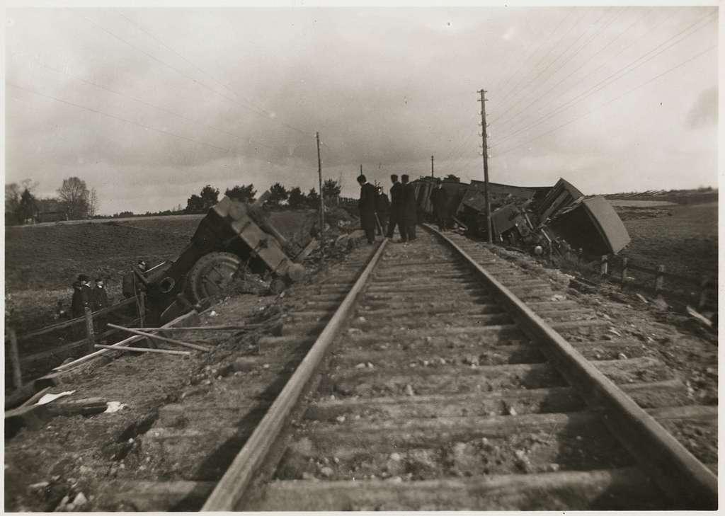 Statens Järnvägar, SJ Cc 405.Vy på olycksplats efter urspårning med vagnar, lok och personal i bild på linjen mellan Älmhult och Killeberg.