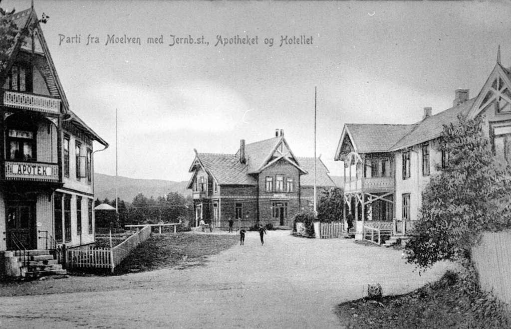 Moelv sentrum, Storgata, Apotek, Jernbanestasjon, Moelv Hotell.