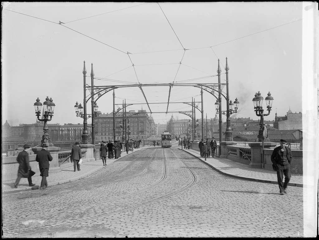 Spårvagn linje 2 på väg över Kungsbron i riktning mot Kungsbroplan.