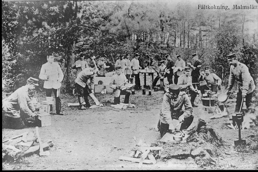 Matlagning i fält för soldater vid 7 kompaniet första livgrenadjärregementet I 4. Avfotografering av vykort.