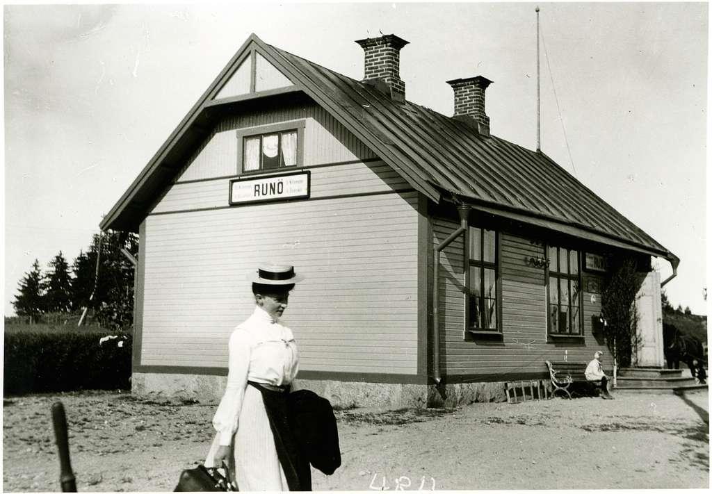 Resande vid Runö Station.