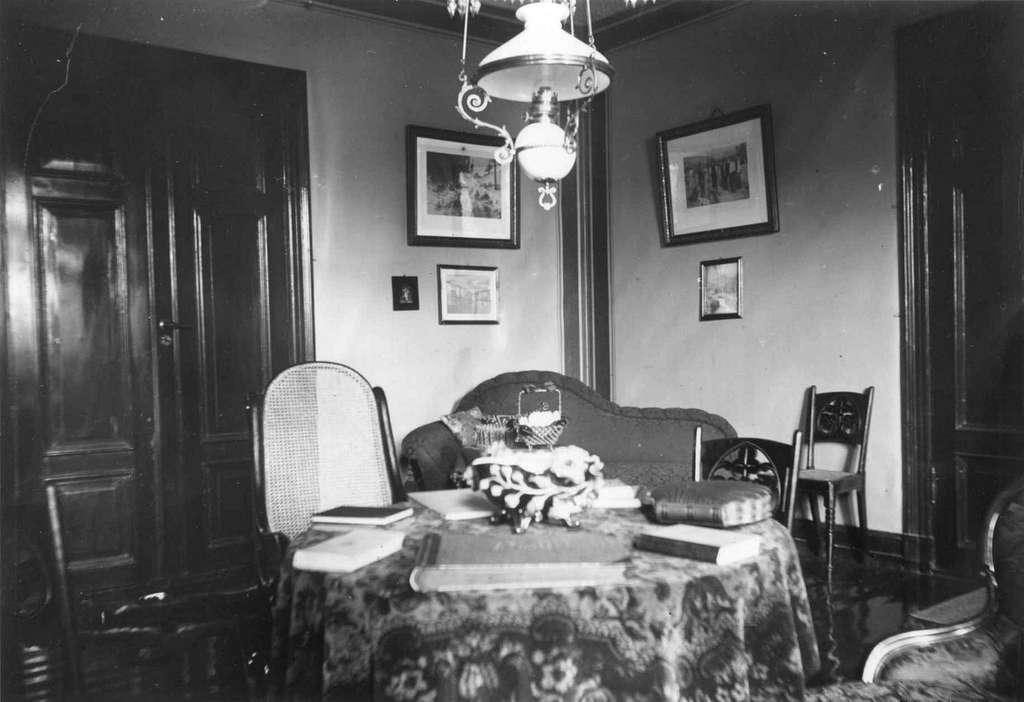 Interiør, ukjent sted. 1908-1910. Stue. Bøker på bordet.