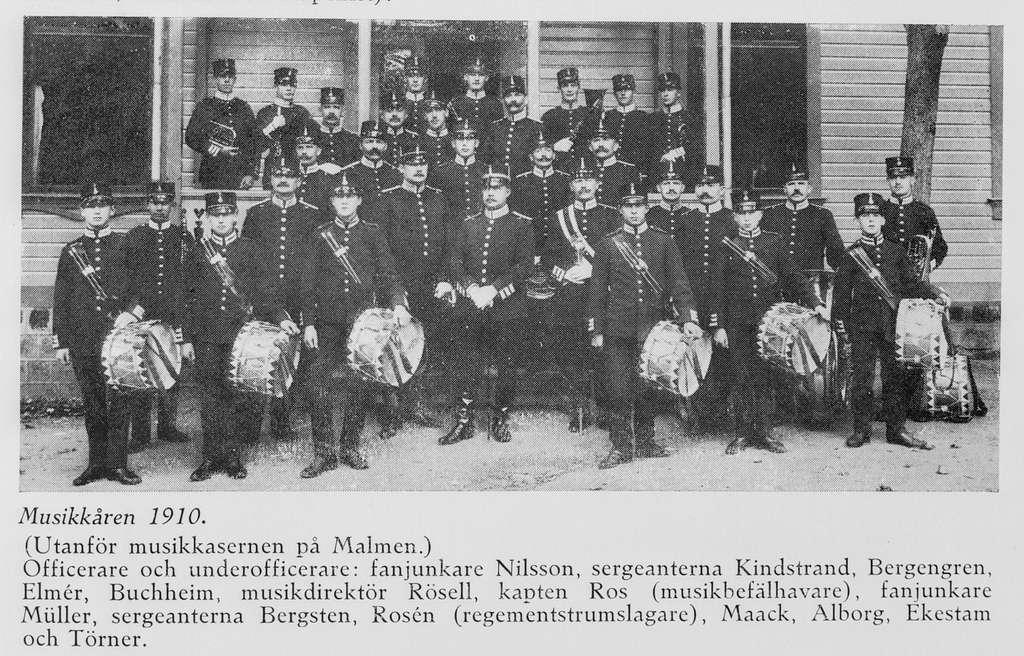 Musikkåren på livgrenadjärregementet på Malmen utanför musikkasernen ca 1910. Avfotografering av bild ur tryck.