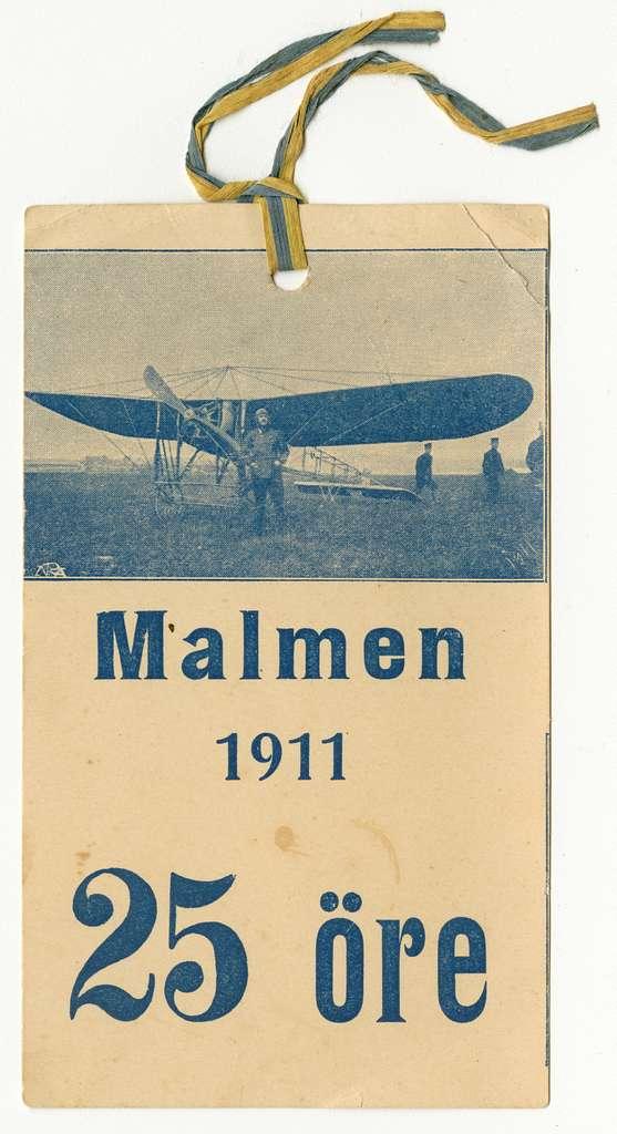 Biljett från flyguppvisning Malmen 1911. 25 öre.Biljett från den 18 juni 1911 då Carl Cederström genomförde den första flygningen på Malmen. Evenemanget hade annonserats och tusentals åskådare hade sökt sig till Malmen.På biljetten finns ett motiv av Carl Cederström ståendes framför sitt flygplan.
