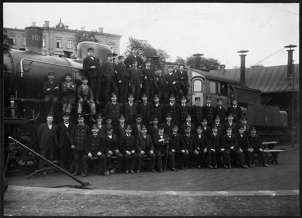 Gruppfoto på stationspersonalen vid lokstallarna i Tomteboda. Statens Järnvägar, SJ A 1014.