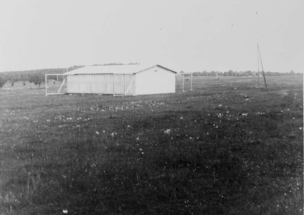 Flyghangar av plåt på Malmens flygfält, ca 1912-1913. Ursprungligen uppförd av flygaren Carl Cederström och senare använd av Flygkompaniet.